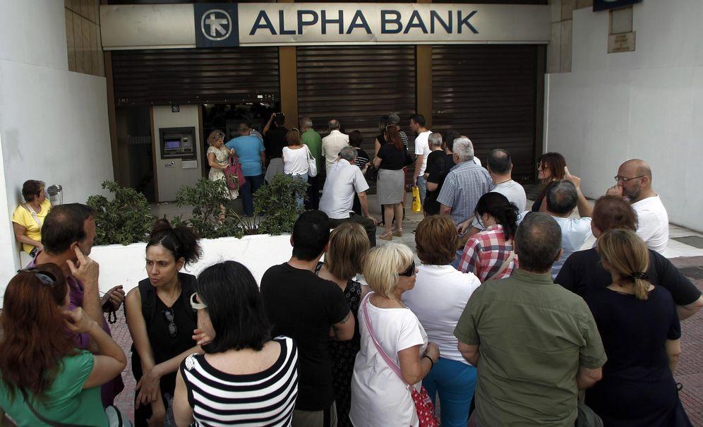 Foto: Ciudadanos griegos hacen cola a la puerta de un banco (Reuters)