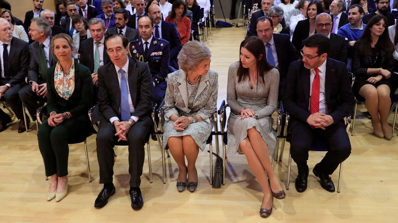 Doña Sofía y la infanta Elena durante el acto. (EFE)