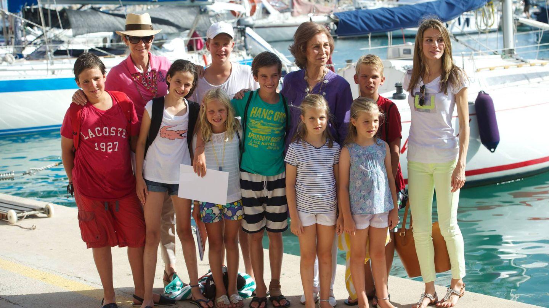 La infanta Elena, la reina Sofía y la reina Letizia, en Palma, en 2013, con los ocho nietos Borbón. (Getty)