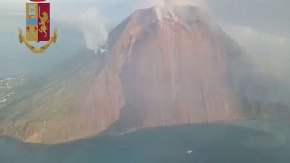 Foto: Police chopper aerial still image of volcano after eruption over stromboli