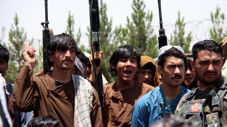 Civiles afganos se arman Helmand (Afganistán) ante el avance talibán. (EFE)