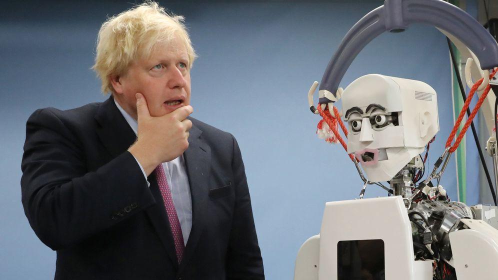 Foto: El secretario de Asuntos Exteriores británico, Boris Johnson visitando una fábrica de robots en Japón (Foto: Reuters)