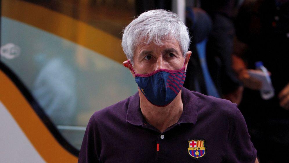 Foto: Quique Setién, con mascarilla, baja del autobús del Barcelona. (Efe)