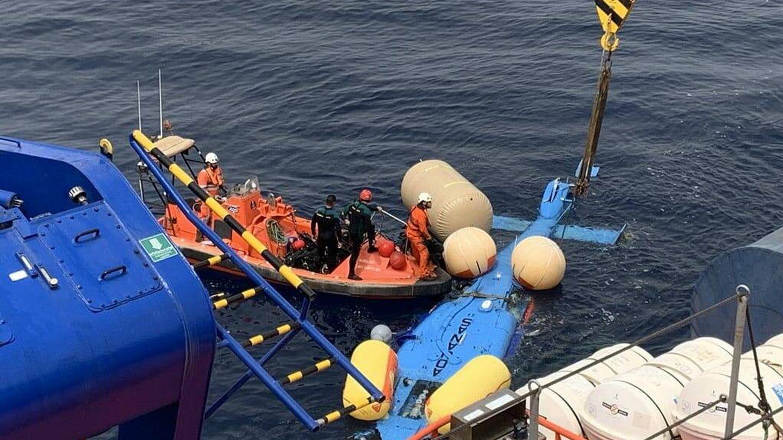 El helicóptero recuperado en el mar. (EC)