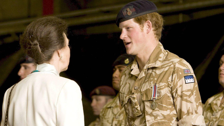 Harry, con la princesa Ana, tras recibir una condecoración por su labor en Afganistán. (EFE)