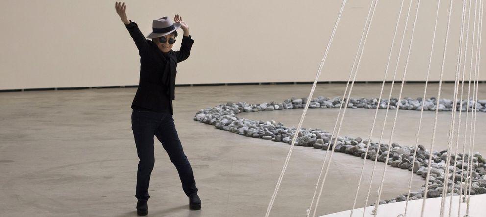 Foto: La artista Yoko Ono en plena acción durante la presentación de la retrospectiva, en el Guggenheim de Bilbao. (REUTERS)