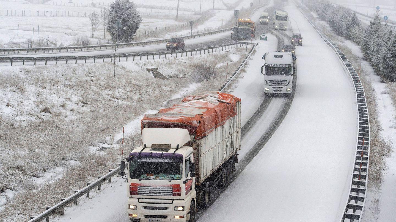 Varios camiones pasan por la autopista A-67 en Cantabria. (EFE)