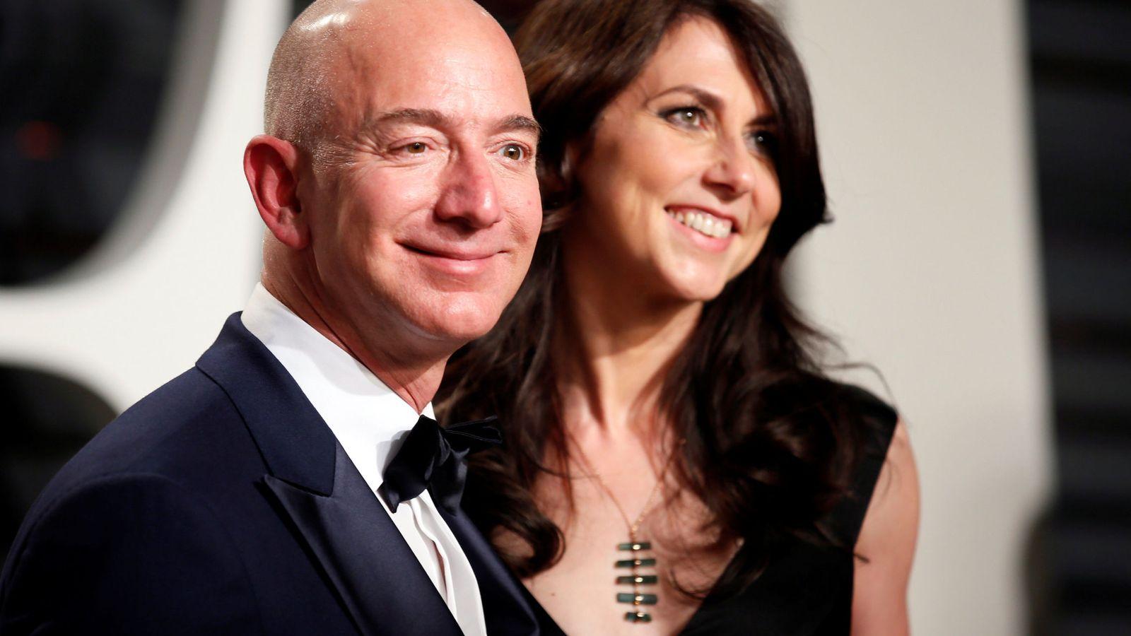 Foto: Jeff Bezos y su mujer. (Reuters)