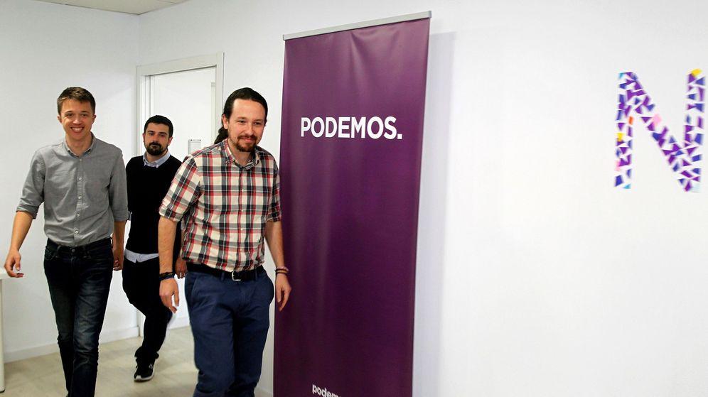 Foto: El líder de Podemos, Pablo Iglesias (d), junto al diputado Íñigo Errejón (i) y el secretario general de la formación en Madrid, Ramón Espinar (c). (EFE)