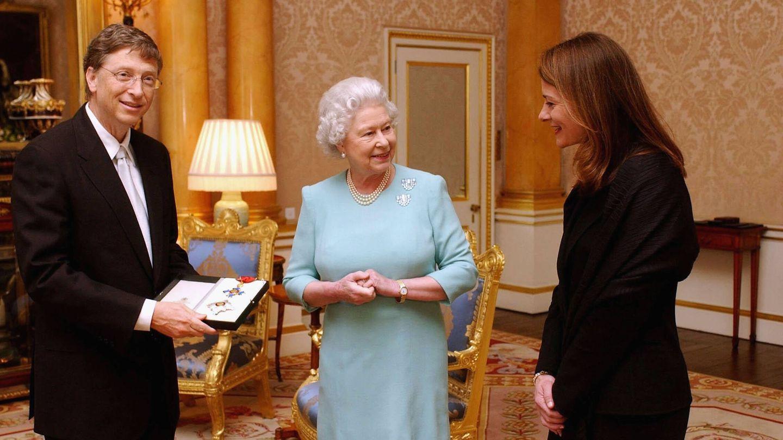 Los Gates visitando a Isabel II en 2005. (Getty)