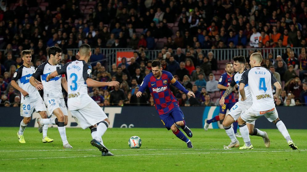 Foto: Leo Messi, ante cuatro jugadores del Alavés antes de marcar el 3-1. (Reuters)