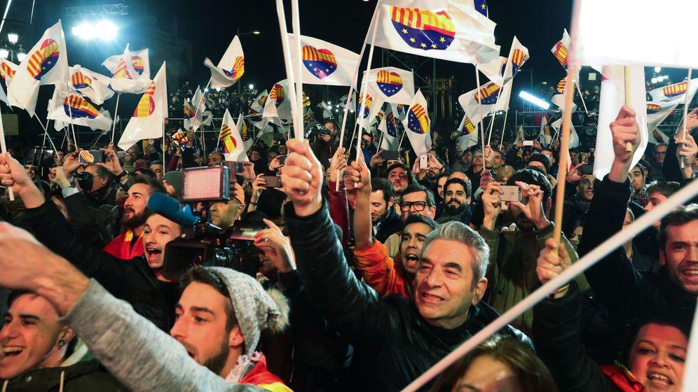 Foto: Simpatizantes de Ciudadanos celebran la victoria electoral en las elecciones catalanas. (EFE)
