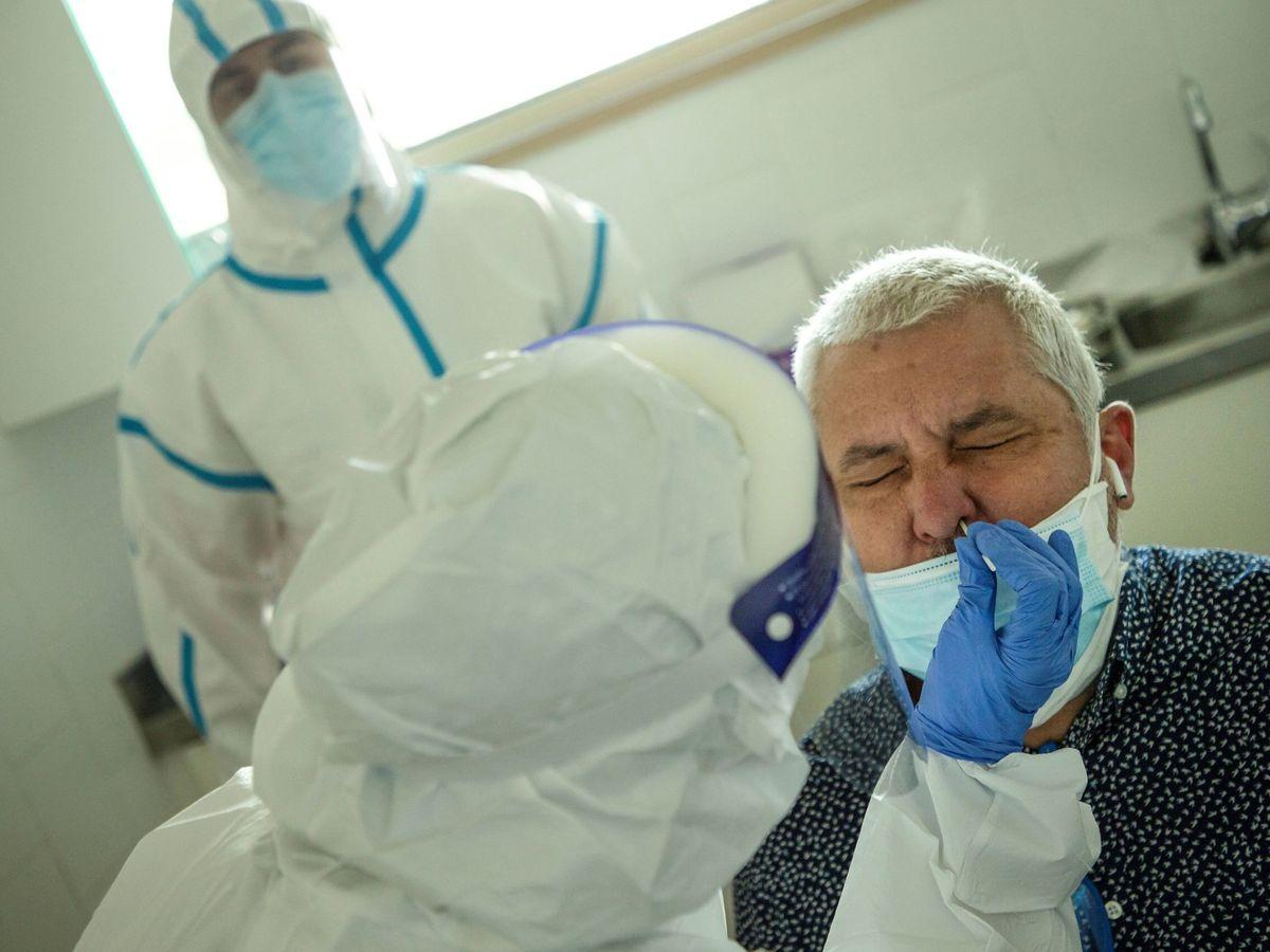 Foto: Profesionales sanitarios realizan test PCR en los Centros de Atención Primaria en Barcelona. (EFE)