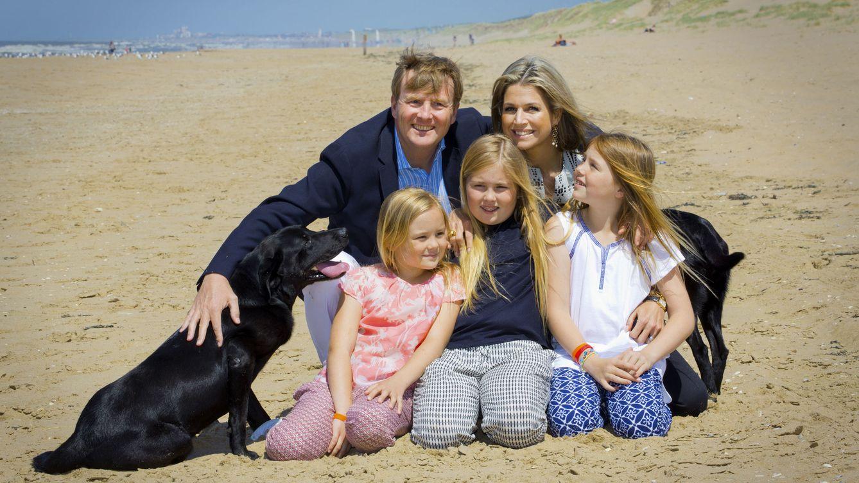 Foto: Los reyes de Holanda junto a sus tres hijas: Amalia, Alexia y Ariane (Gtres)
