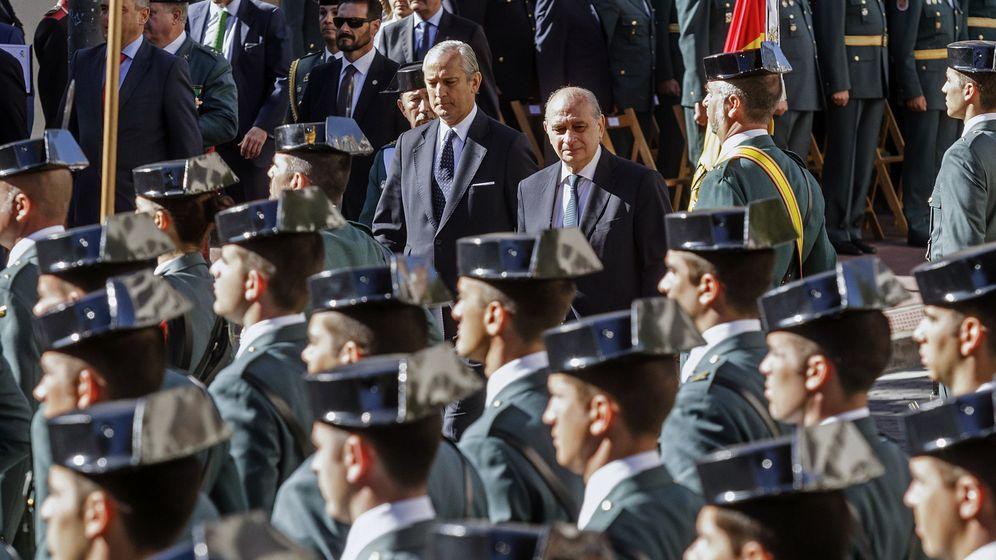 Foto: El ministro Jorge Fernández Díaz, junto al director de la Guardia Civil, Arsenio Fernández de Mesa, el pasado 8 de octubre en la celebración de la patrona del cuerpo, la Virgen del Pilar, en Burgos. (EFE)