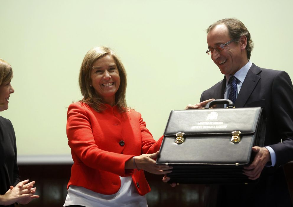 Foto: El nuevo ministro de Sanidad, Alfonso Alonso, recibe la cartera de manos de Ana Mato. (Reuters)
