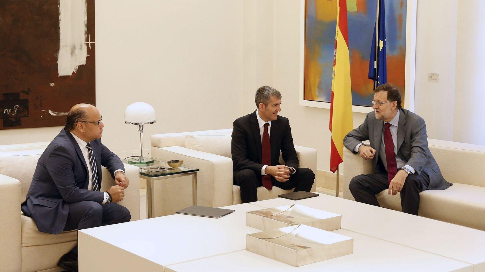 Foto: El presidente del Gobierno, Mariano Rajoy, conversa con el secretario general de CC, José Miguel Barragán (i), y el presidente de Canarias, Fernando Clavijo (Efe)