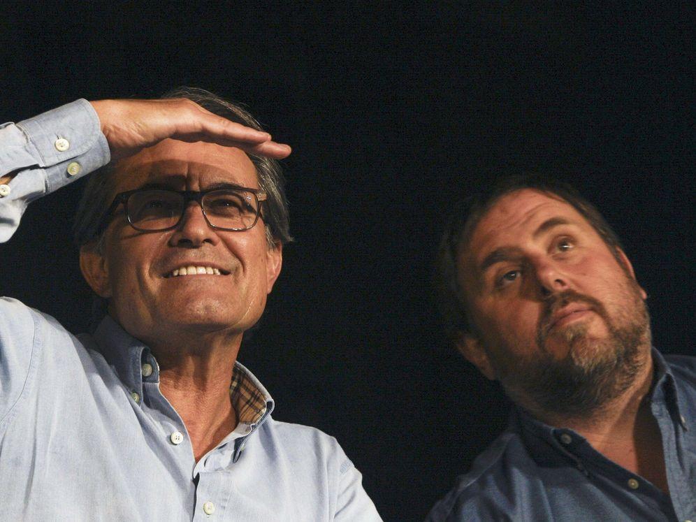 Foto: Artur Mas y Oriol Junqueras, en el mitin de Junts pel Sí de Manresa del 18 de septiembre de 2015 en el que se produjo el reparto del dinero. (EFE)