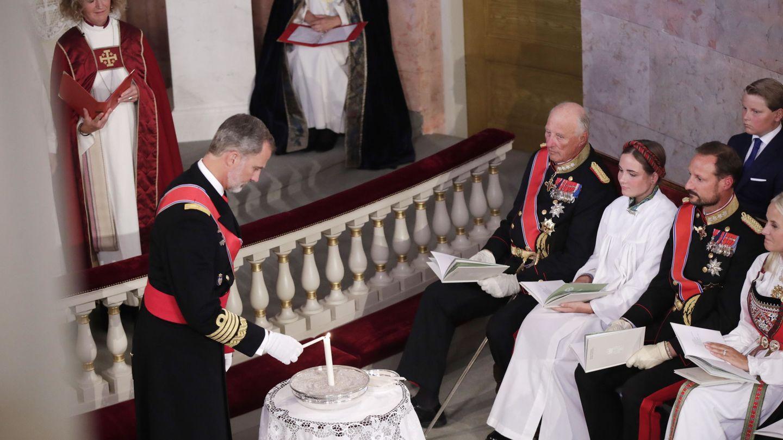 El rey Felipe enciende una vela en honor a su ahijada. (Reuters)