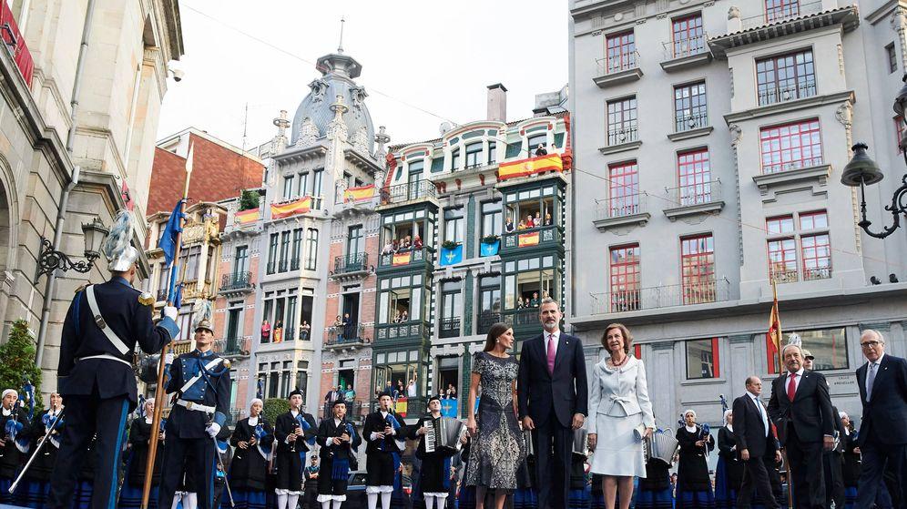 Foto: Los Reyes y doña Sofía a su llegada. (Limited Pictures)