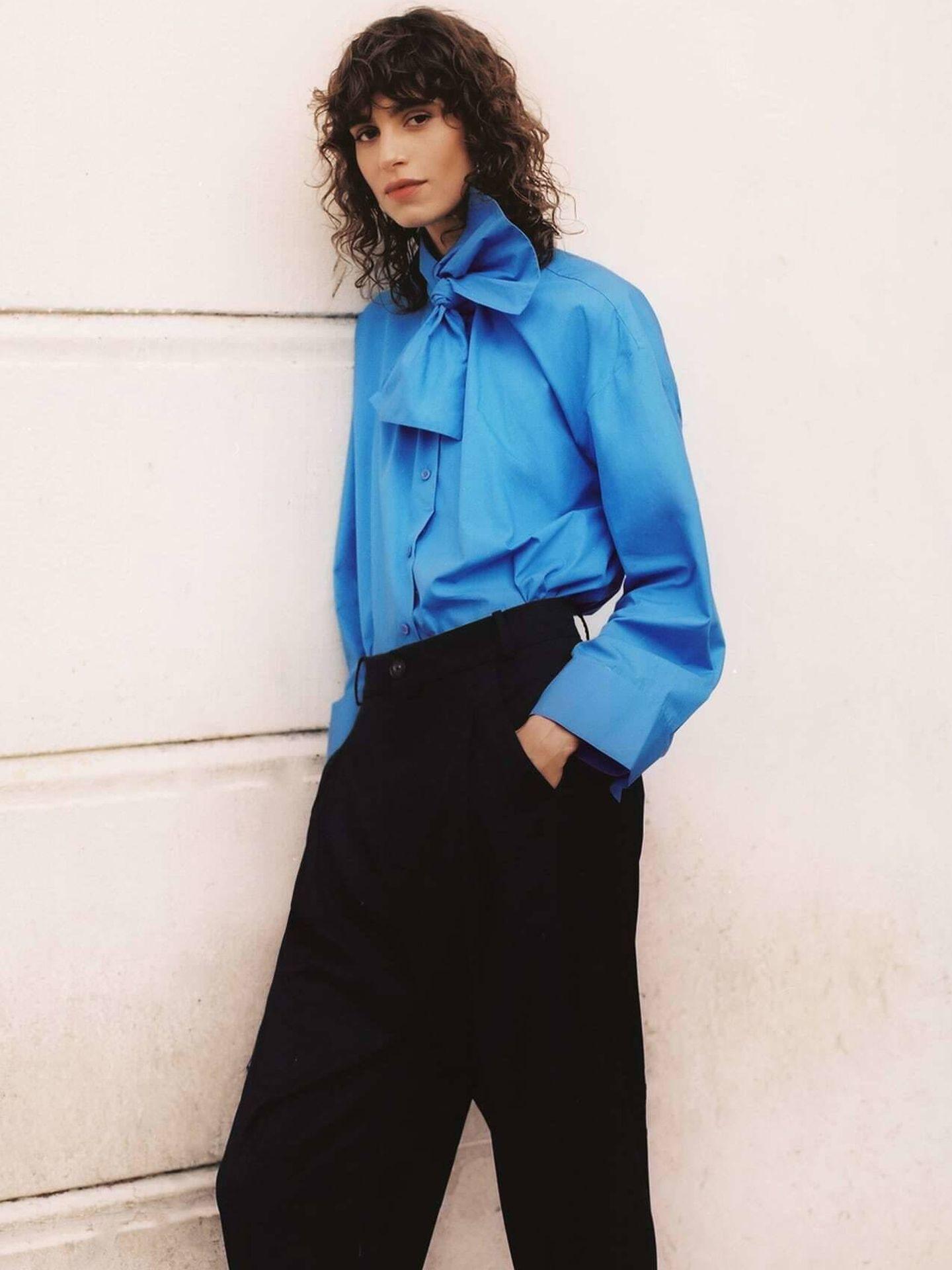 La camisa con lazada de Zara. (Cortesía)