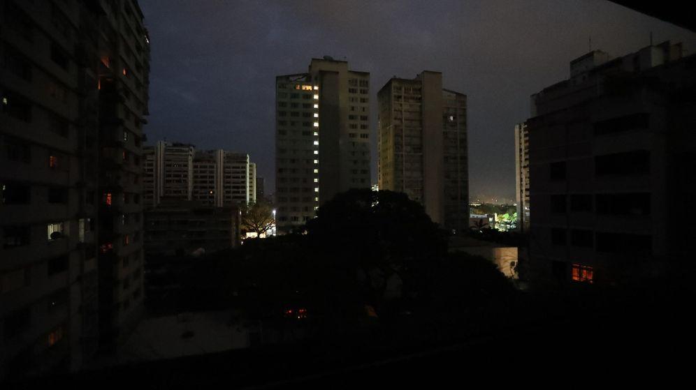 Foto: Las luces de emergencia de algunos edificios, lo único encendido en Caracas durante la noche de este jueves. (EFE)