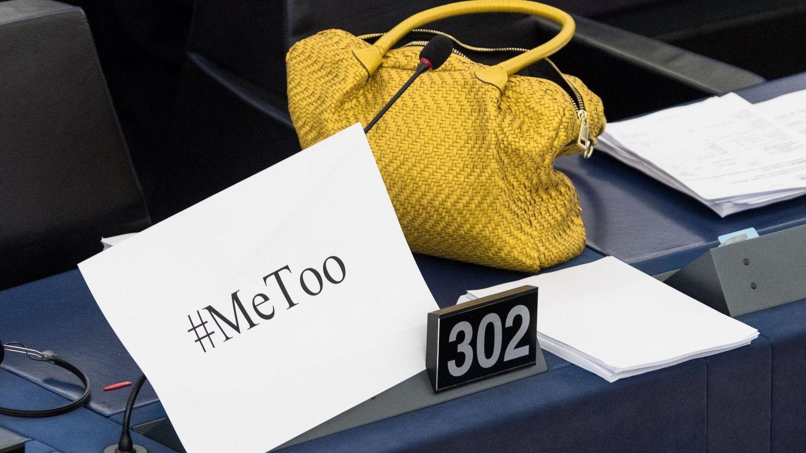 """Foto: Un bolso junto a un cartel con la etiqueta """"#Me too"""" durante un debate para discutir sobre medidas contra las agresiones sexuales en el Parlamento Europeo en Estrasburgo. (EfE)"""