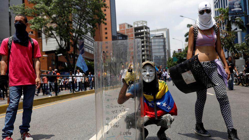 Foto: Manifestantes se enfrentan a la policía antidisturbios en Caracas, el 20 de abril de 2017. (Reuters)