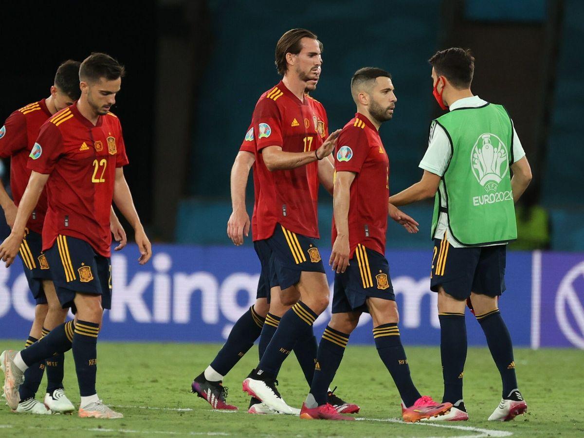 Foto: Jugadores de la selección española se retiran al vestuario. (EFE)