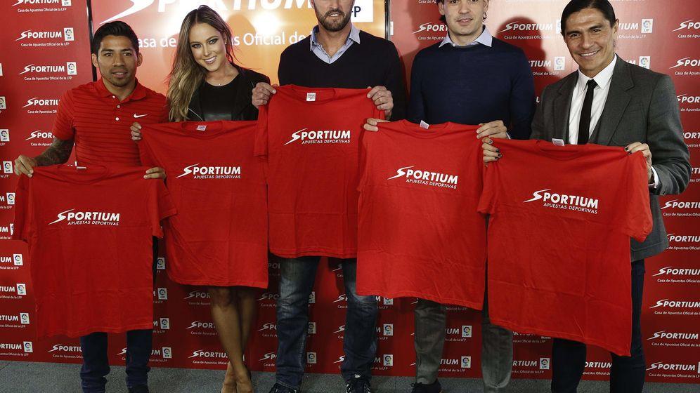 Foto: Acto promocional con los exfutbolistas Kiko Narváez y Fernando Morientes. (EFE)