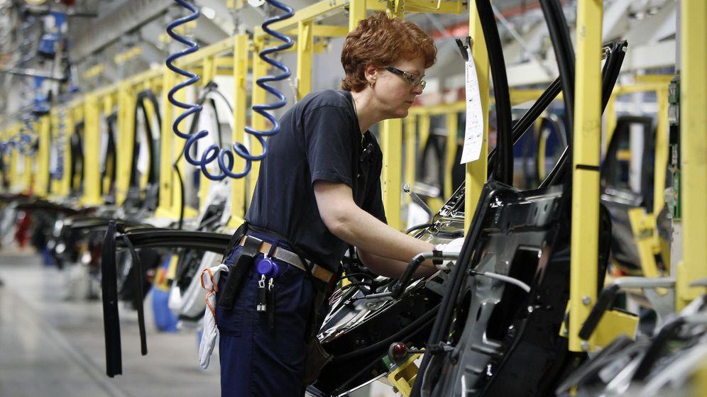 Foto: Una trabajadora de una fábrica de coches de Gotemburgo (Suecia). (Reuters)