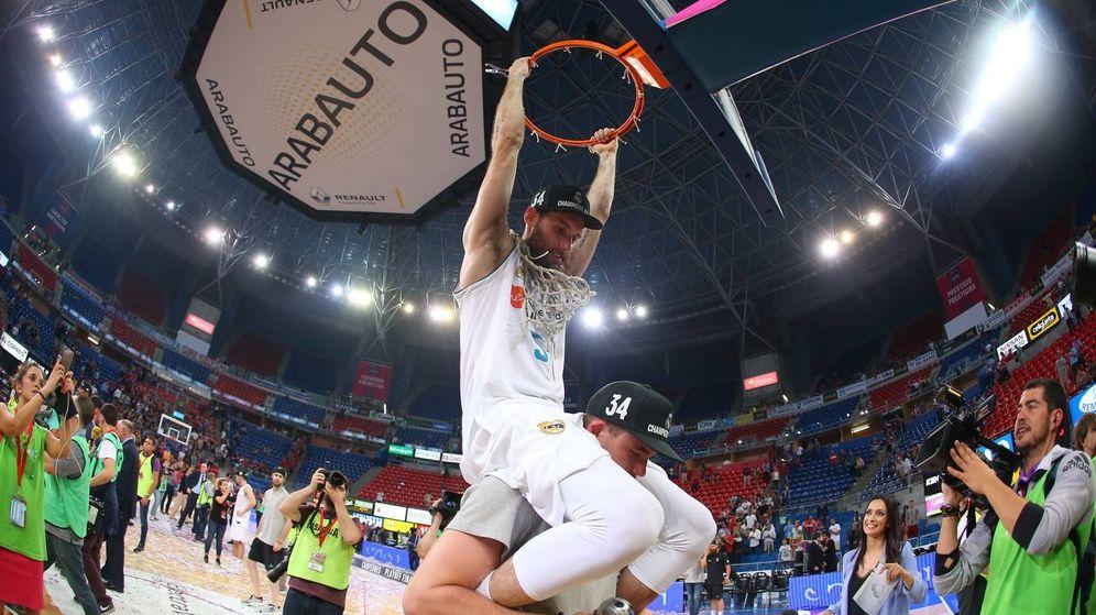 Foto: Rudy Fernández cortó una de las redes a lomos de Dino Radoncic. (ACB Photo/A. Arrizabalaga)