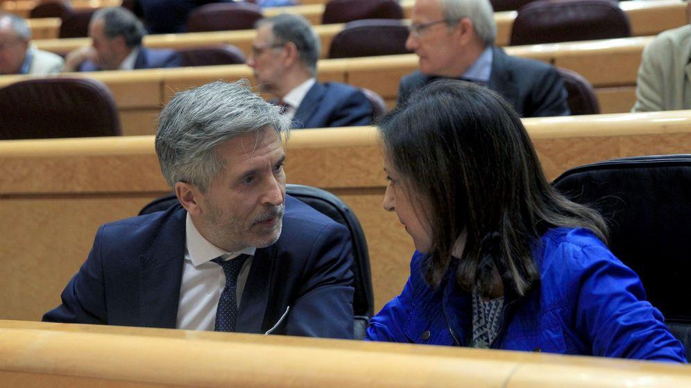 Foto: La ministra de Defensa, Margarita Robles (d), conversa con el ministro del Interior, Fernando Grande-Marlaska (i) en el Senado este martes. (EFE)
