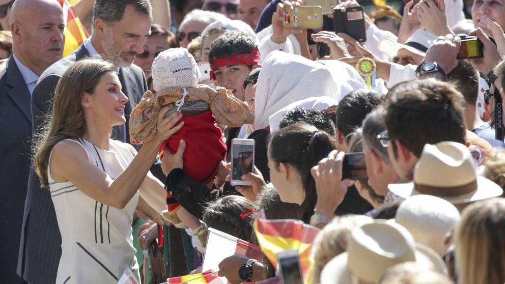 Letizia se da un baño de multitudes con unos pendientes de casi 2.000 euros