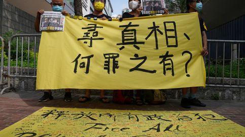 Con una copia del periódico Apple Daily