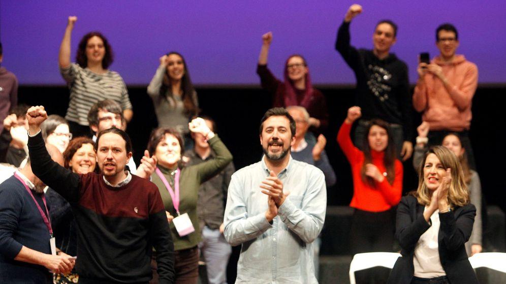 Foto: Pablo Iglesias (i), junto al candidato de Galicia En Común, Antón Gómez-Reino (c), y Yolanda Díaz (d), en la precampaña antes de suspenderse las elecciones por el coronavirus. (EFE)