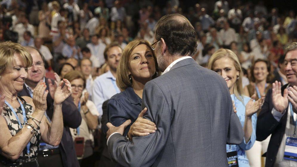 Foto: Conferencia política del PP. Rajoy abraza a Cospedal ante el aplauso de Aguirre. (EFE)
