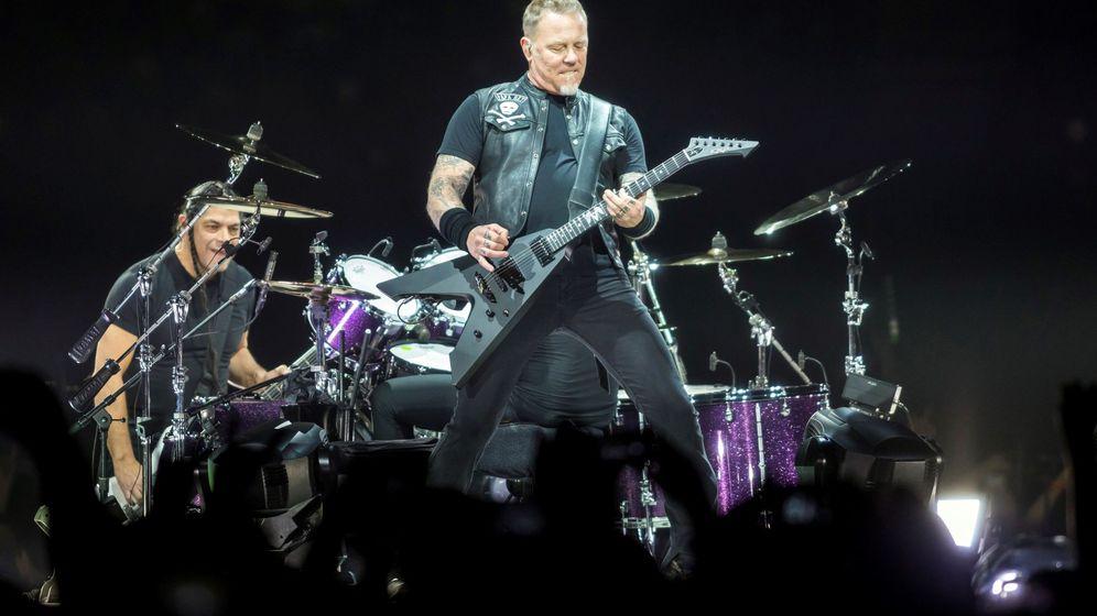 Foto: El cantante y guitarrista de Metallica, James Hetfield, actúa durante el concierto que ofreció la banda en el Papp Laszlo Budapest (EFE)