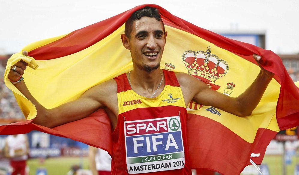 Foto: Ilias fifa, tras proclamarse campeón de Europa de los 5.000 metros. (EFE)