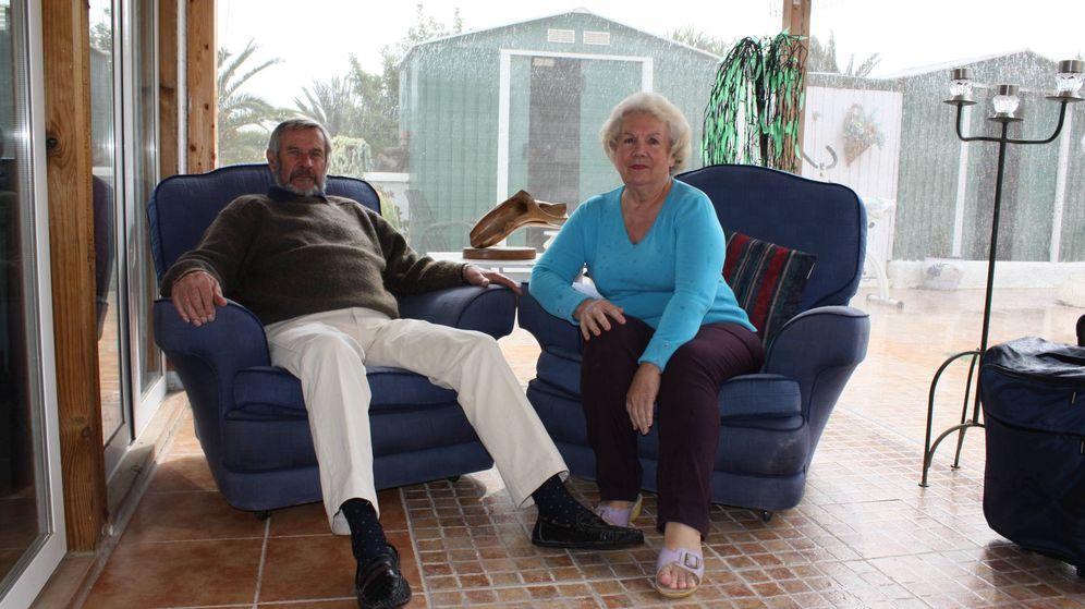 Foto: Len y Helen Prior, en la terraza de su casa en Vera, Almería, el pasado jueves. (R. M.)