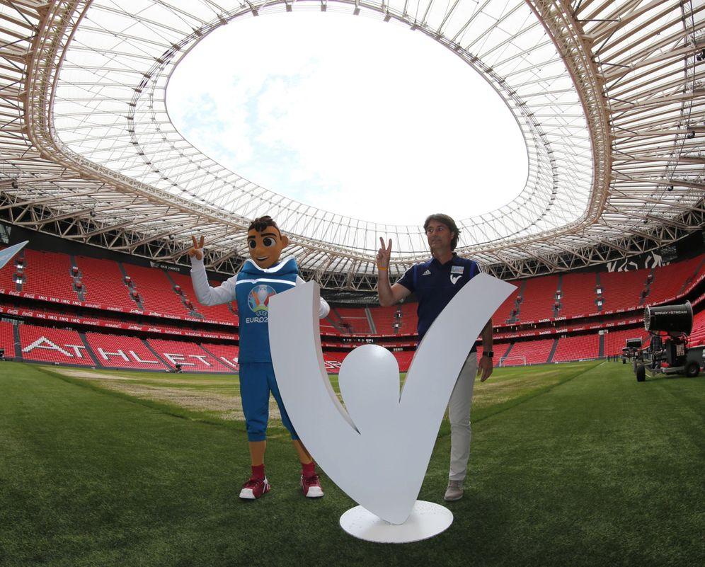 Foto: Julen Guerrero, uno de los embajadores de la Euro 2020 en España, junto a la mascota del evento en San Mamés. (EFE)