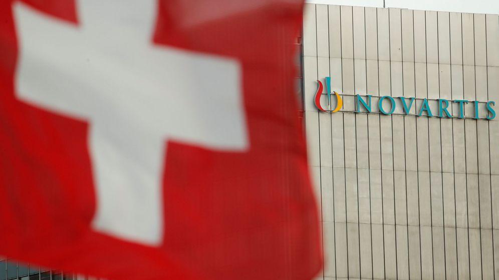 Foto: La bandera de Suiza frente a un edificio con el logo de Novartis (Reuters)
