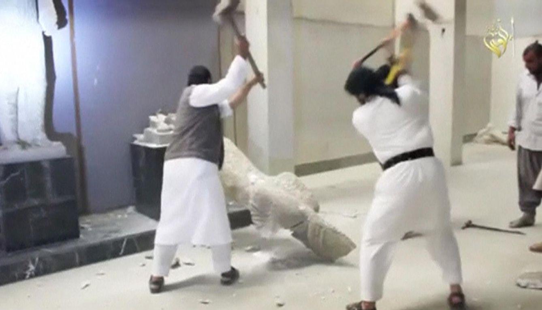 Los terroristas del grupo Estado Islámico en plena destrucción de piezas del Museo de Mosul. (REUTERS)