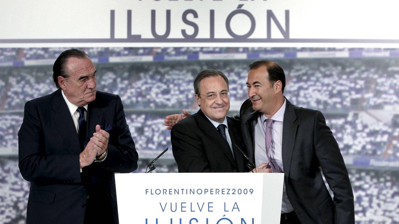 Foto: Eduardo Fernández de Blas (d), se abraza a Florentino Pérez en presencia de Fernando Fernández Tapias (i).