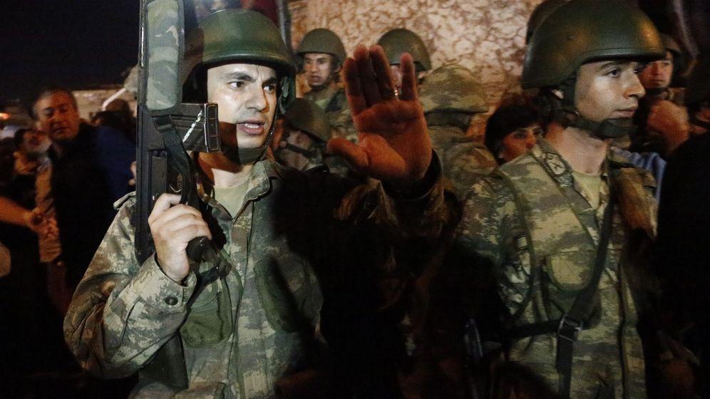 Foto: Soldados turcos durante el intento de golpe de estado. (EFE)