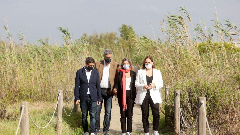 La viceministra segunda y ministra de Trabajo y Economía Social, Yolanda Díaz, los alcaldes de Barcelona y de El Prat, Ada Colau y Lluis Mijoler, y el doctor en biología Joan Pino visitan la laguna de la Ricarda. (EFE)