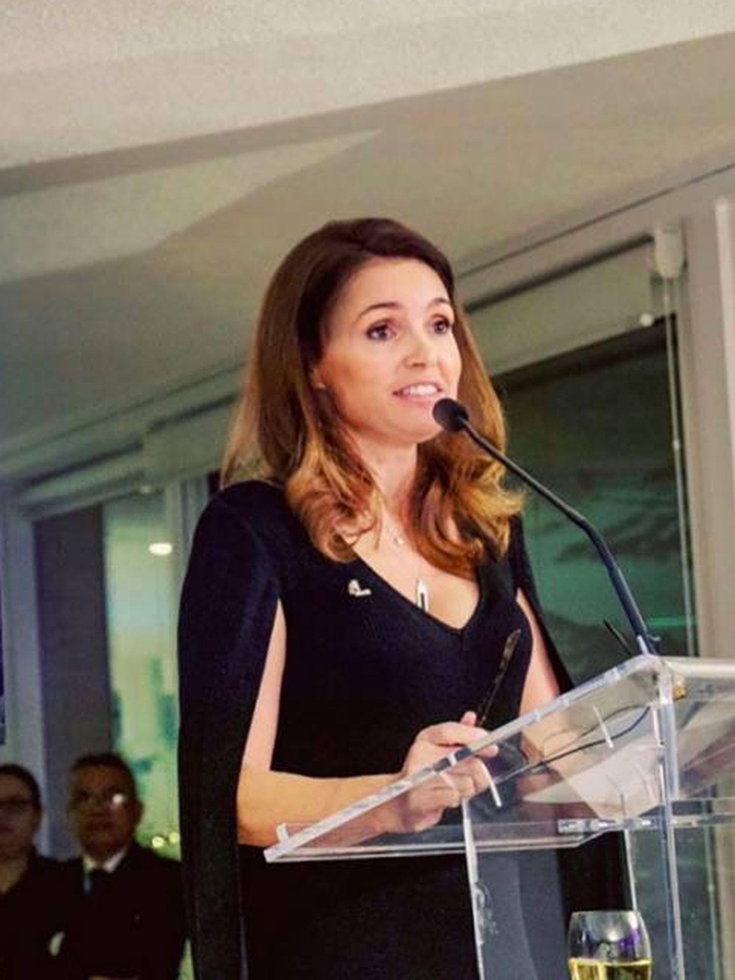 Susana García Cereceda, dando un discurso de Navidad a sus empleados.