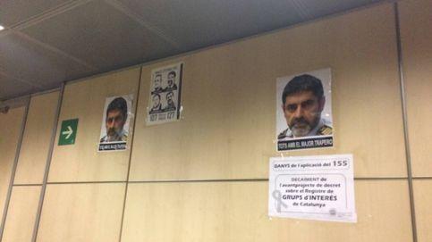 Fotos de Trapero y contra el 155 'presiden' el departamento de Interior en Barcelona