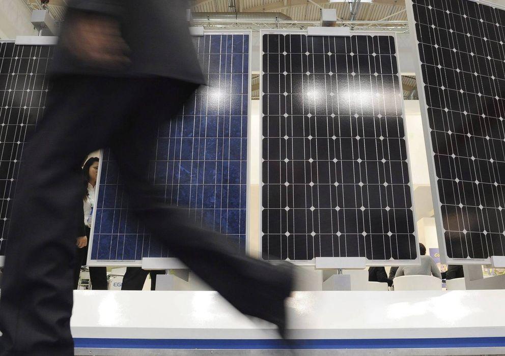 Foto: Un visitante camina cerca de paneles solares en una feria de energía solar fotovoltaica. (EFE)