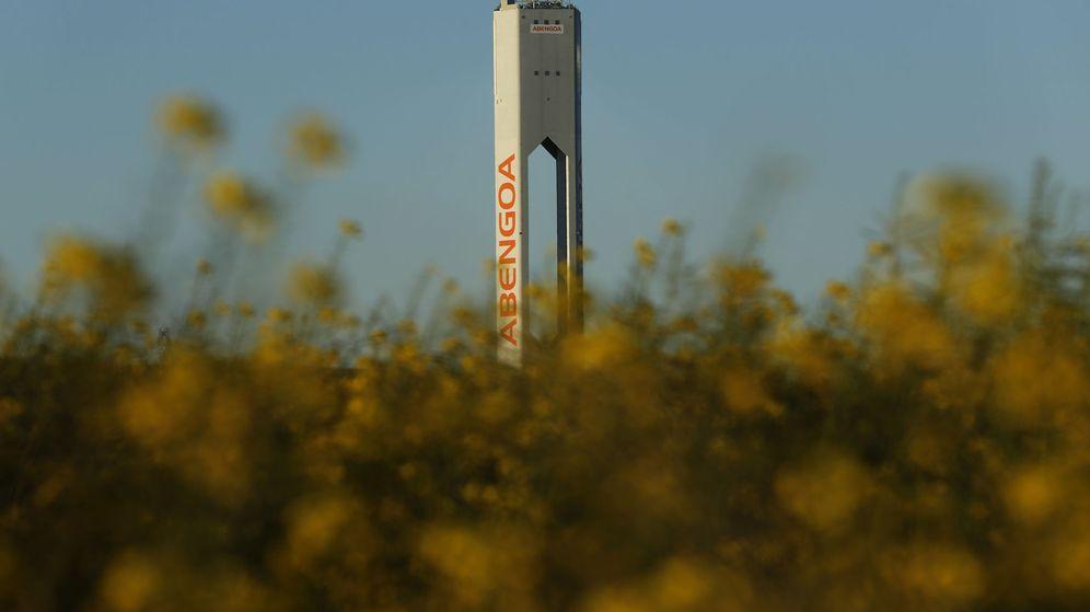 Foto: Una torre de uno de los parques solares de Abengoa cerca de Sevilla. (Reuters)